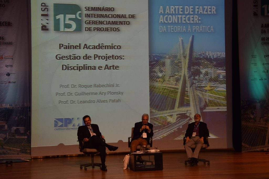Os professores Leandro Patah, Roque Rabechinni e Guilherme Ary Plonski durante o Painel Acadêmico.