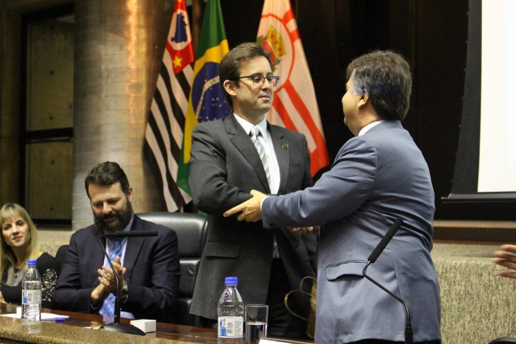 Os representantes das instituições firmam acordo.